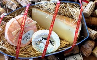 クリスマスにワインを贈るなら、チーズもご一緒に。