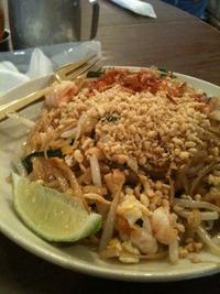 タイ料理をモグモグ