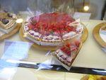 ケーキと果物に囲まれて、、、