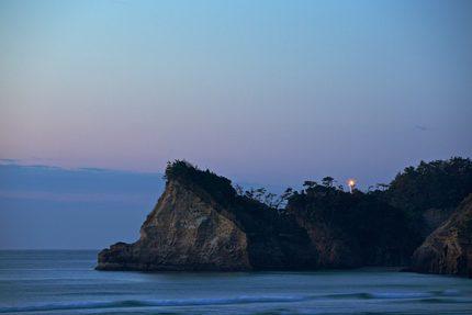 いわき市神白海岸から見た 三崎公園の番所灯台