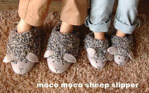 羊のモコモコルームシューズ。