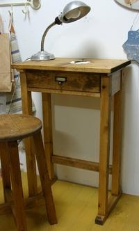 小学校の古い机が?