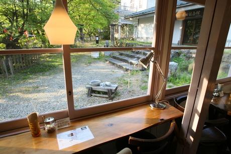南湖公園のカフェへ