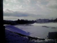 池の氷に…石ころを転がすと