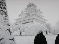 雪に覆われた真っ白な鶴ヶ城(八重の桜)への交通アクセス